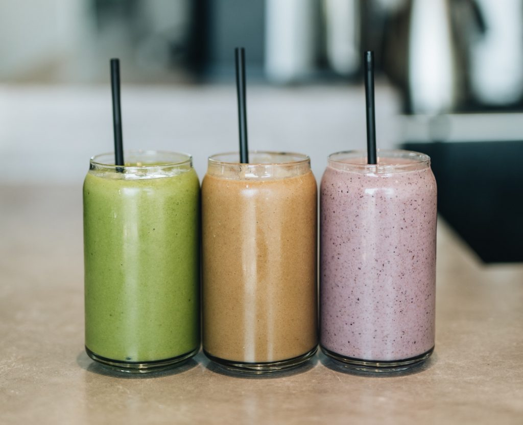 personal-blenders-smoothies-on-counter